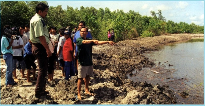 Jurin Ratchapol showing visitors where mangrove trees had been cut down illegally. Photo: MAP-Asia